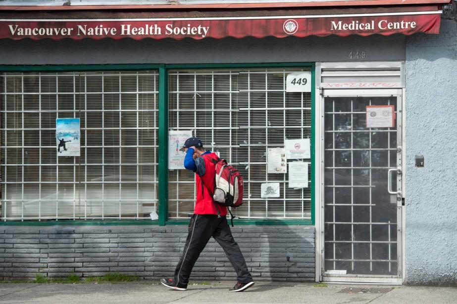 Un homme passe devant une clinique médicale de... (PHOTO JONATHAN HAYWARD, ARCHIVES PC)