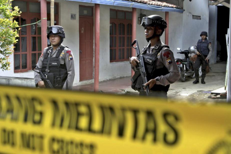 Des hommes armés montent la garde devant la... (PHOTO REUTERS/ANTARA FOTO)