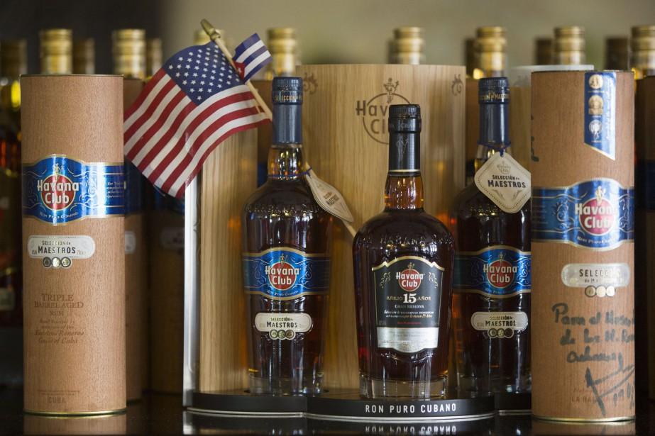 Des bouteilles de rhum Havana Club sont décorées... (PHOTO ALEXANDRE MENEGHINI, ARCHIVES REUTERS)