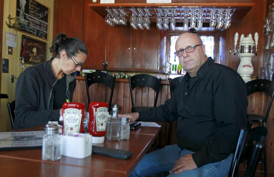 Jocelyne Tremblay, originaire de Québec, et Richard Fiset, de Baie-Saint-Paul, ont lancé leur auberge à Petite-Rivière il y a six ans. Ils l'ont baptisée en l'honneur du dernier four à pain du village qui se trouvait sur le terrain. (Le Soleil, Pascal Ratthé)