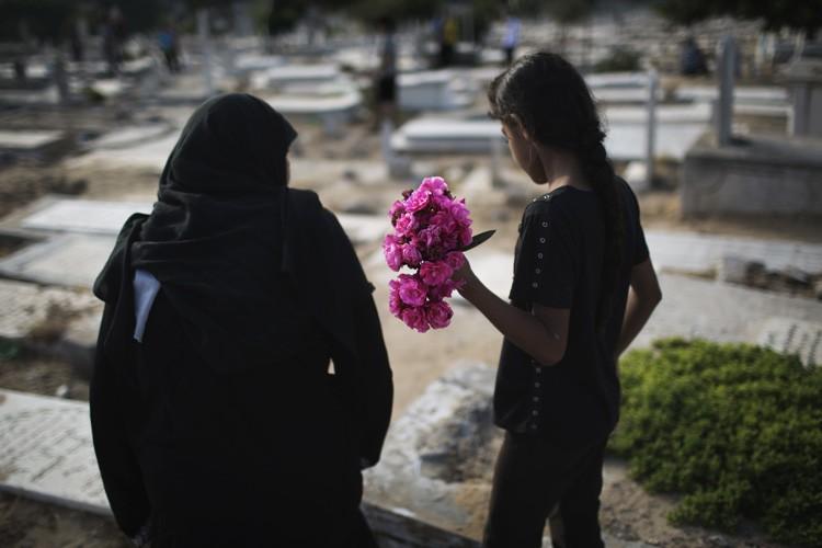 Plusieurs tombes ont été retrouvées samedi matin couvertes... (ARCHIVES REUTERS)