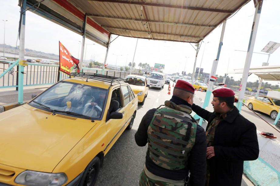 Des membres des forces de sécurité irakiennes contrôlent... (PHOTO SABAH ARAR, AFP)
