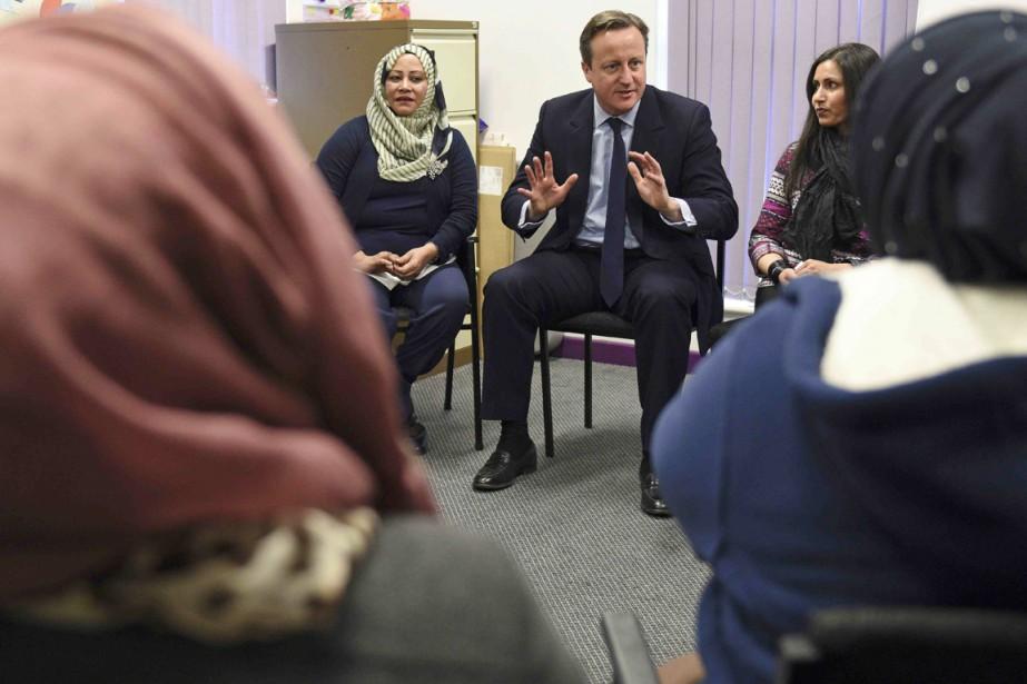 Le premier ministre britannique David Cameron s'entretient avec... (PHOTO OLI SCARFF, REUTERS)
