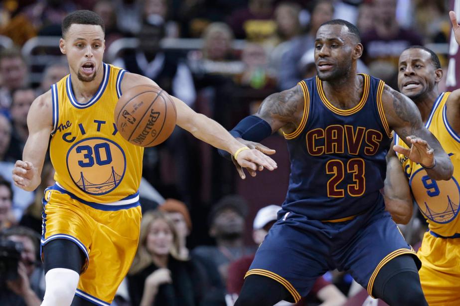 Stephen Curry (à gauche) et les Warriors de... (Photo Tony Dejak, AP)