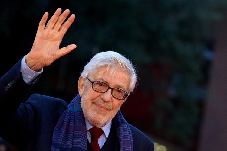 Ettore Scola sur le tapis rouge du Festivalinternational... (PHOTO AFP)