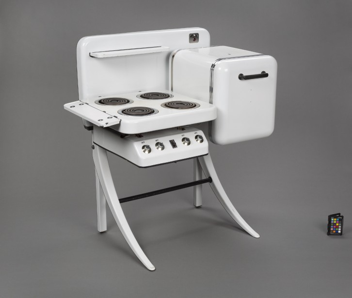 Cette cuisinière Art déco se trouve dans la voûte des métaux, dans laquelle le niveau d'humidité est plus bas. Elle date des années 40. Elle a une parenté avec les poêles à bois, mais elle a déjà un pied dans la modernité. (Julien Auger)