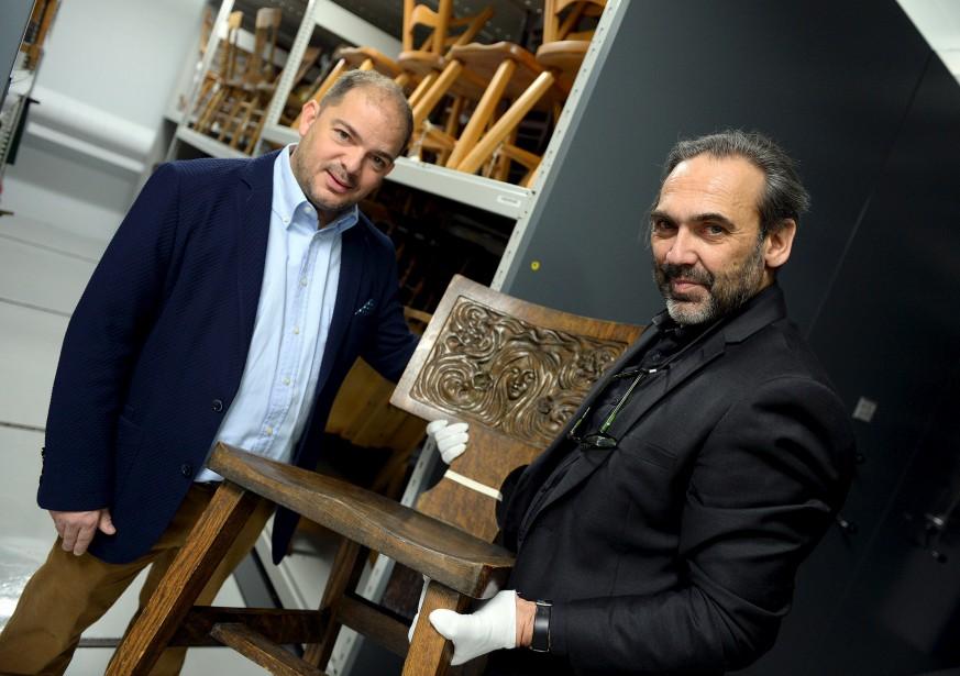 Le directeur généraldes Musées de la civilisation,Stéphan La Roche, et leconservateur Christian Denis montrent une chaise en chênede style Arts and Crafts, <br /> une pièce unique, solide,facile à faire. (Le Soleil, Erick Labbé)