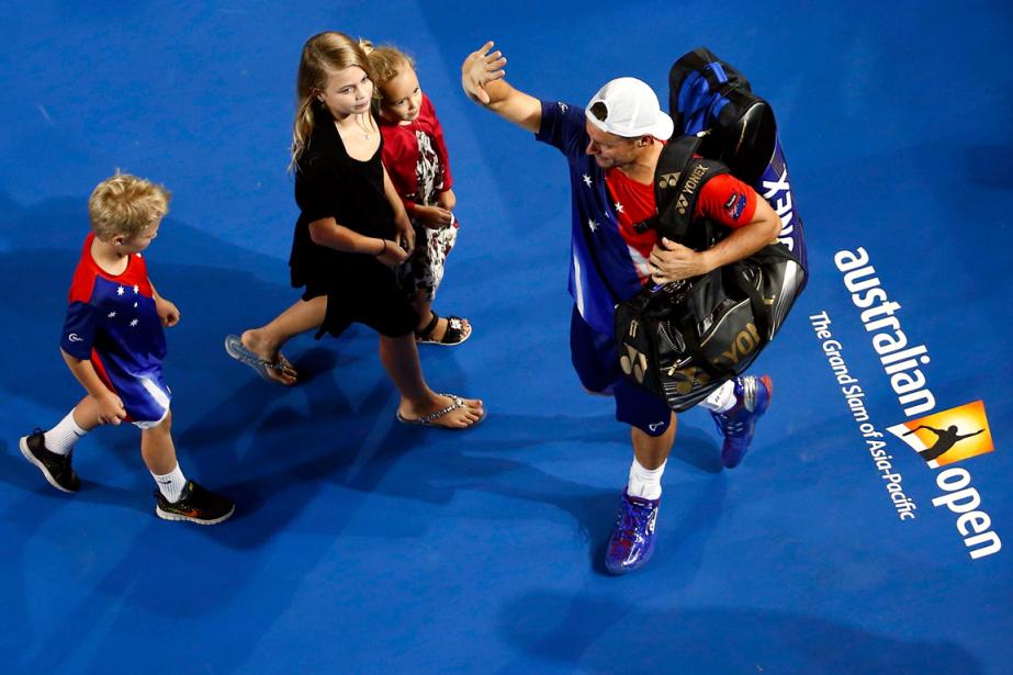 Lleyton Hewitt a salué la foule, accompagné de... (Photo Jason O'Brien, Reuters)