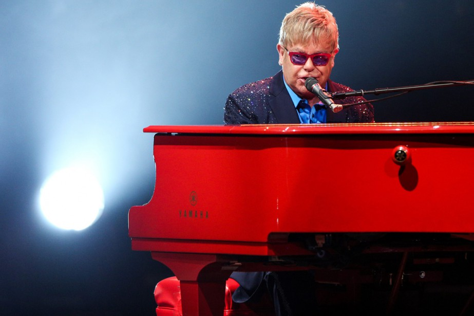 Elton John... (PHOTO ARCHIVES AP)