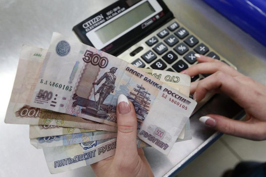Le rouble a plongé à ses plus bas... (PHOTO ILYA NAYMUSHIN, ARCHIVES REUTERS)