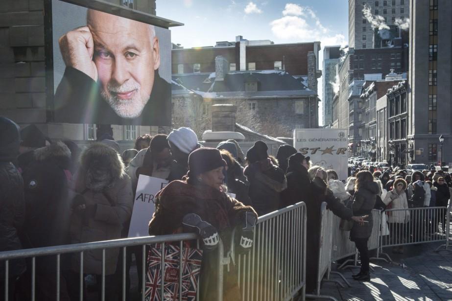 Des centaines de personnes faisaient la file afin de rendre un dernier hommage à l'imprésario. (PHOTO LA PRESSE CANADIENNE)
