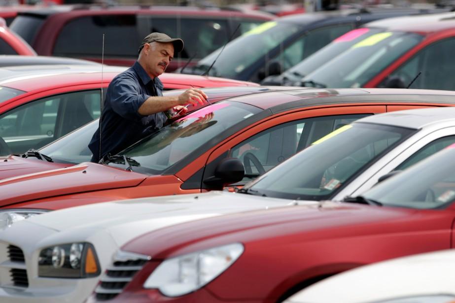 La chute du huard rend les voitures d'occasion... (PHOTO PETER JONES, ARCHIVES REUTERS)