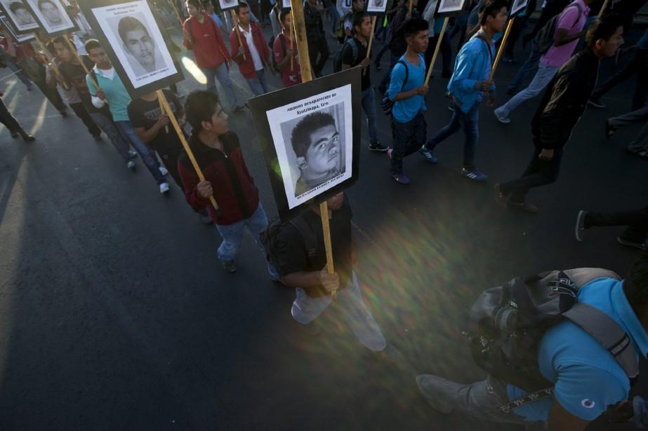 Des proches des étudiants disparus manifestent à Mexico... (Photo Marco Ugarte, AP)