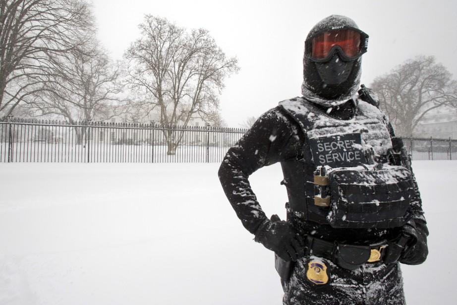 Un membre des services secrets monte la garde,... (PHOTO MANUEL BALCE CENETA, ASSOCIATED PRESS)