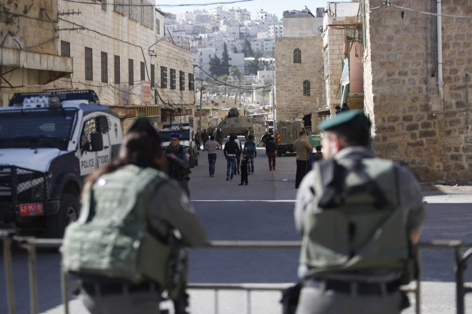 Des gardes de sécurité israéliens à Hébron... (Photo Nasser Shiyoukhi, archives AP)