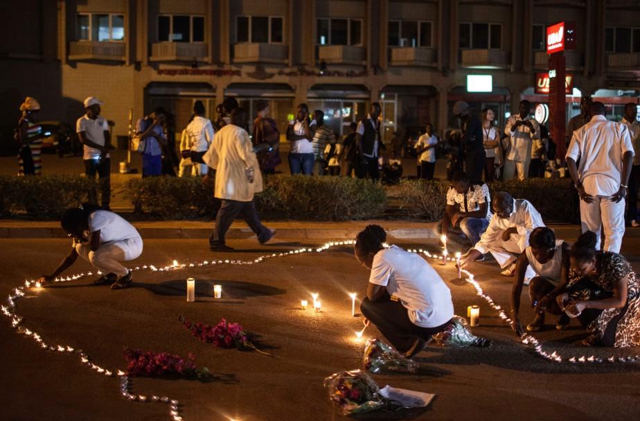 Des personnes allument des chandelles en l'honneur de... (Photo Theo Renaut, AP)