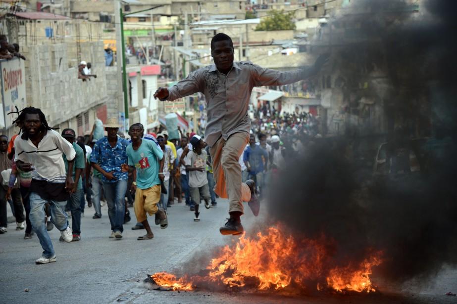 Plusieurs milieurs de personnes sont descendues dans les... (AFP, Hector Retamal)