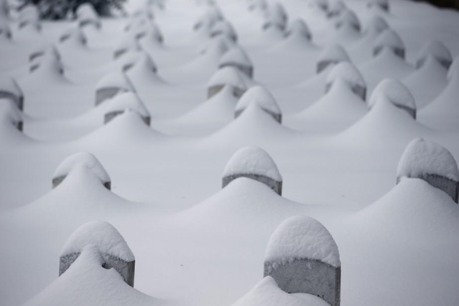 Les tombes du cimetière national Arlington, en Virgine, ont été recouvertes de neige, pendant la tempête qui a fait 17 morts aux États-Unis. (Associated Press)