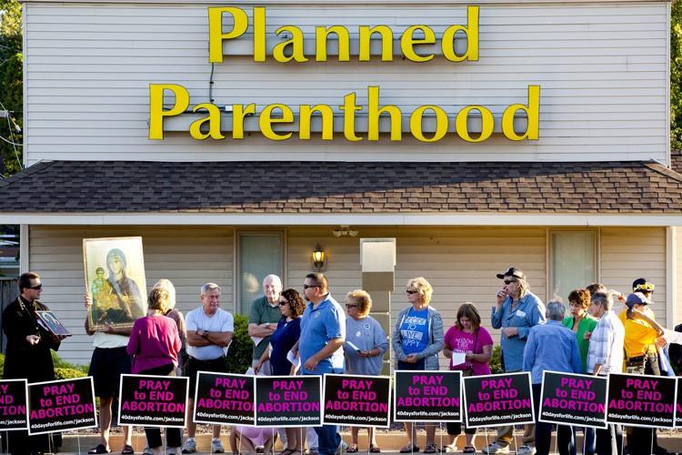 Des militants pro-viemanifestent devant une clinique de Planned... (ARCHIVES AP)