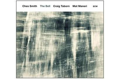 Excellent batteur, vibraphoniste et timbalier, Ches Smith a réuni le pianiste...
