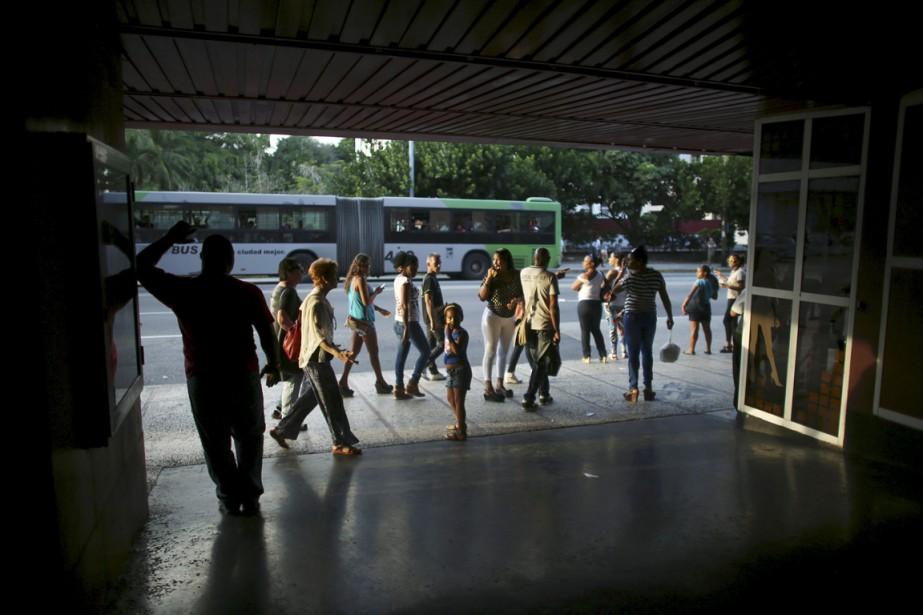 Des gens passent devant l'entrée d'un cinéma de... (PHOTO ALEXANDRE MENEGHINI, ARCHIVES REUTERS)