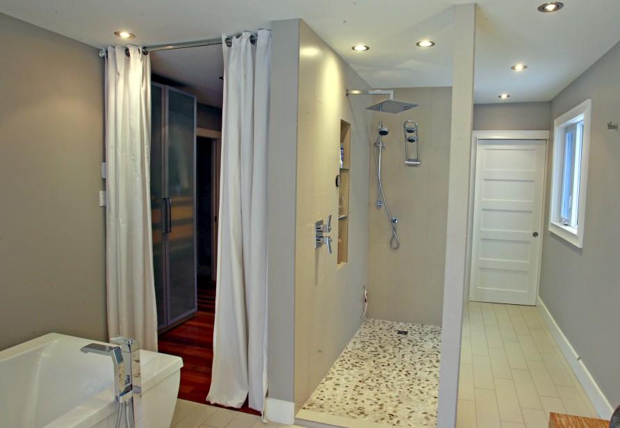 La circulation est fluide dans cette maison, comme en témoigne ce cliché de la salle de bain qui débouche sur la chambre et sur le walk-in, qui ouvre lui-même sur le corridor. (Le Soleil, Pascal Ratthé)