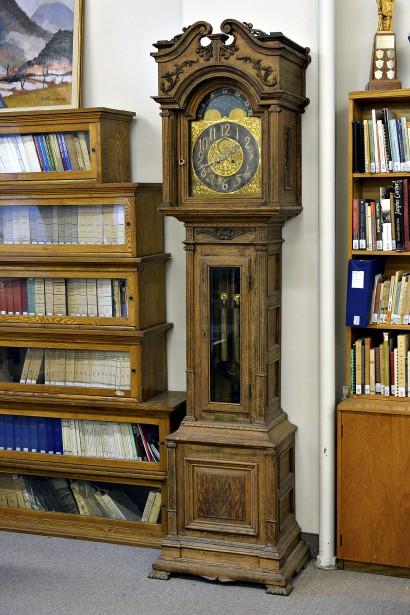 L'horloge de parquet ou «grand-père» Waterbury Clock Cie, de l'horloger J.E. Vézina, datant de la fin du XIXe siècle, en impose. Un autre legs de la Société Saint-Jean-Baptiste de Québec. (Le Soleil, Patrice Laroche)