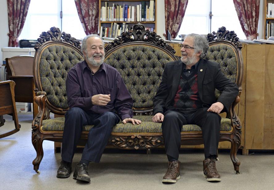 Jean Dorval et Jacques Boutet, respectivement président et administrateur de la Société historique de Québec, sont assis sur un sofa médaillon en noyer noir sculpté à la rose de style Néo-Renaissance ou d'esprit victorien. Un legs de la Société Saint-Jean-Baptiste de Québec. (Le Soleil, Patrice Laroche)