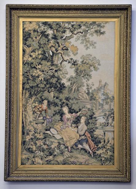 Une tapisserie de scène romantique avec cadre à la feuille d'or de fabrication européenne (vers 1900) (Le Soleil, Patrice Laroche)