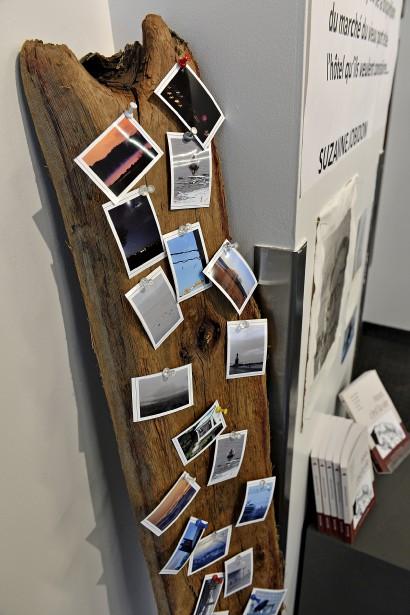 Les photos sont présentées dans des installations inusitées, comme sur une planche de bois flotté... (Le Soleil, Patrice Laroche)