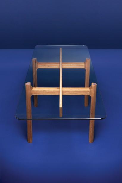 Table de salle à manger en noyer massif et en verre de Shawn Place, pièce la plus dispendieuse de la collection, à 999 $ (Fournie par EQ3)