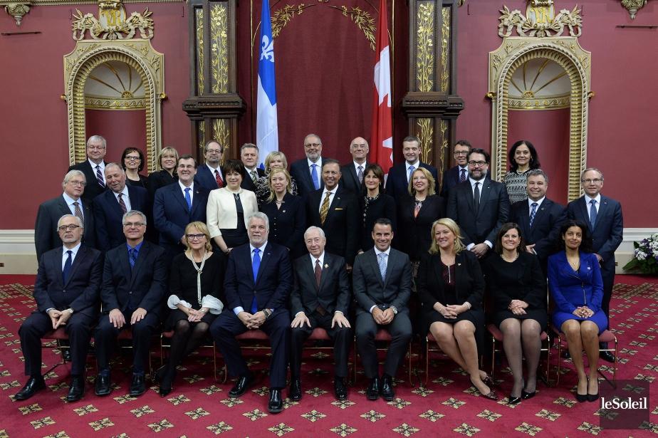 Le nouveau conseil des ministre du gouvernement du... (PHOTO ERICK LABBÉ, LE SOLEIL)