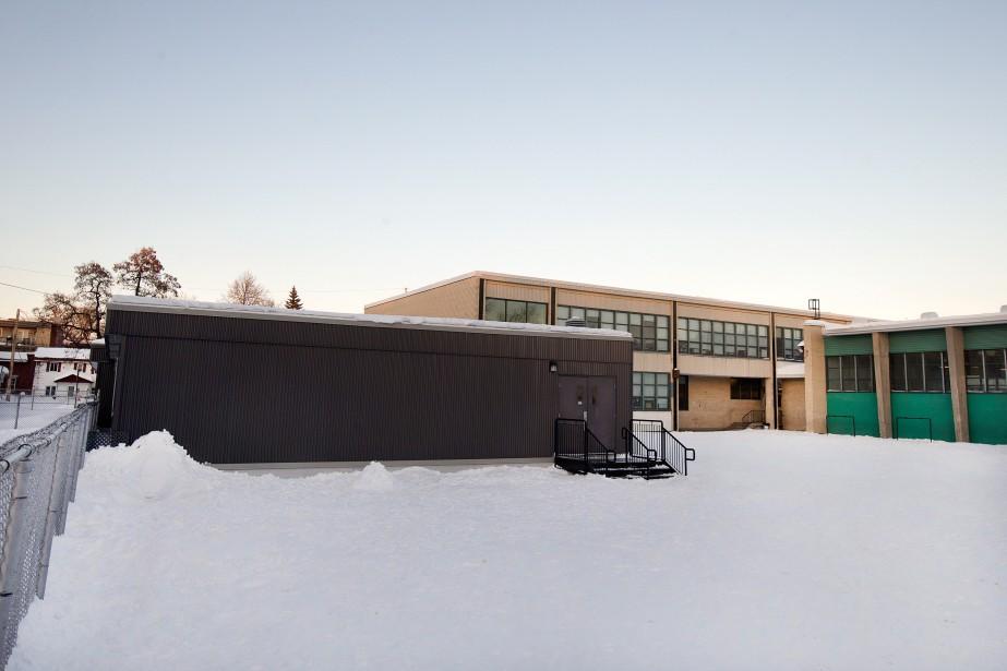 «Une extension temporaire a été annexée à l'école,... (Photo Robert Skinner, archives La Presse)