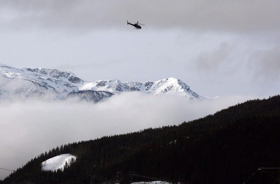 Un hélicoptère participant à des recherches près de... (PHOTO JEFF MCINTOSH, PC)