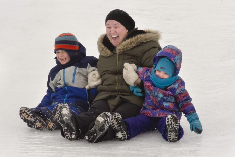 Sandra Dupuis et ses enfants, Xavier et Audrey Benoit, s'amusent au Domaine des flocons. (Martin Roy, LeDroit)
