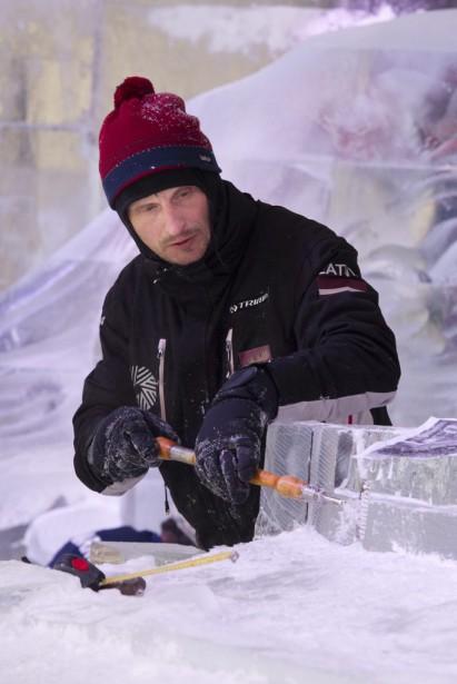 Beaucoup de concentration est nécessaire pour réaliser les oeuvres de glace qui décorent le parc de la Confédération. (Martin Roy, LeDroit)