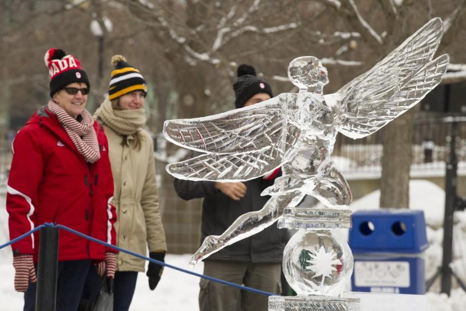 Les sculptures de glace du parc de la Confédérationont attiré l'attention de bien des gens lors du premier week-end de Bal de neige. (Martin Roy, LeDroit)