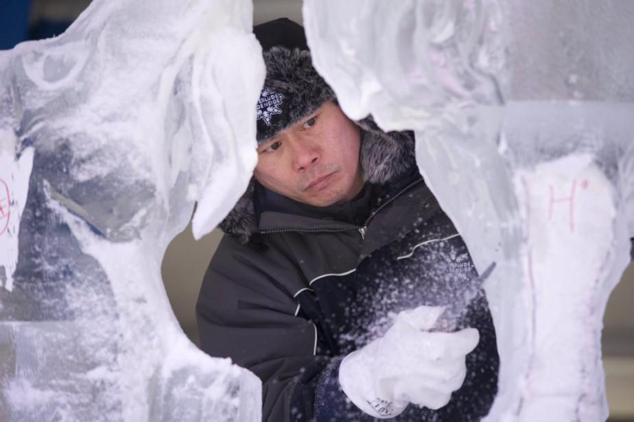 Le sculpteur de glace japonais Kee Gawah, en plein travail au parc de la Confédération (Martin Roy, LeDroit)
