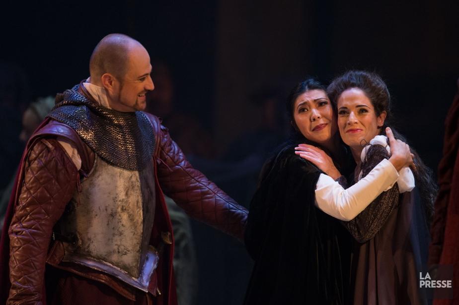 Cassio, interprété par Antoine Bélanger, réconforte Desdemona (Hiromi... (PHOTO IVANOH DEMERS, LA PRESSE)