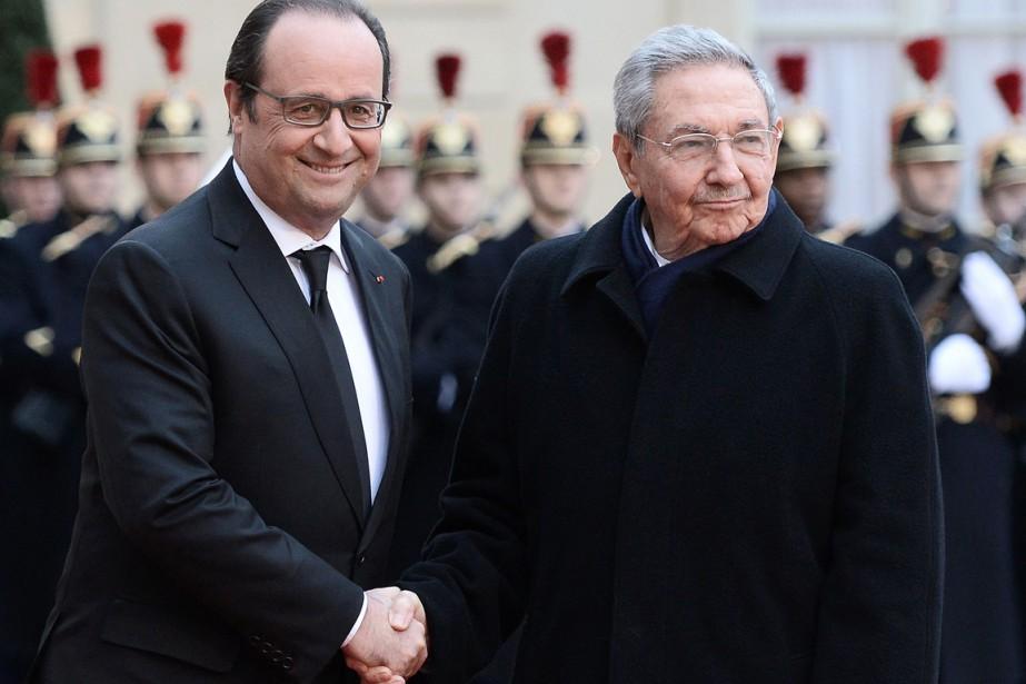 François Hollande etRaúlCastro... (PHOTO STEPHANE DE SAKUTIN, AFP)
