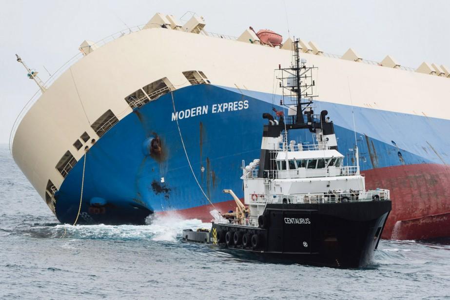 Quatre spécialistes d'une société néerlandaise ont été hélitreuillés... (PHOTO LOIC BERNARDIN, AP)