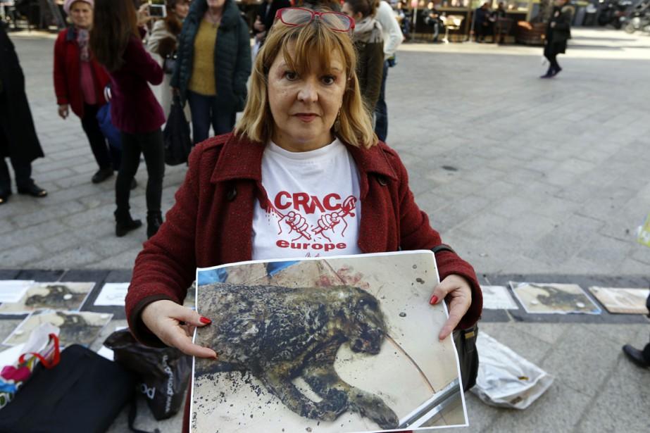 Une militante pour les droits des animaux montre... (Photo AFP)