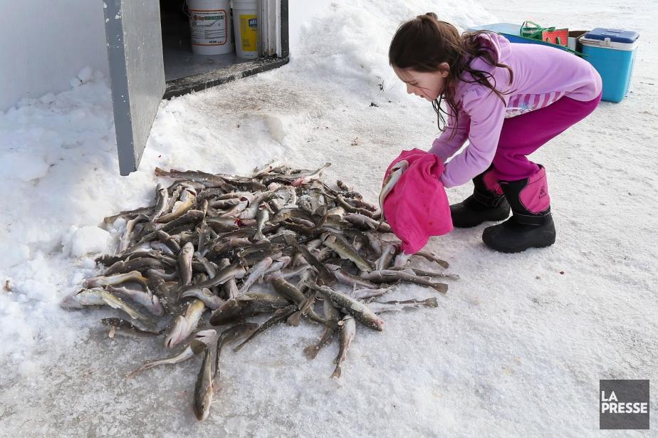 Sarah est postée devant la cabane de pêche... (PHOTO ROBERT SKINNER, LA PRESSE)