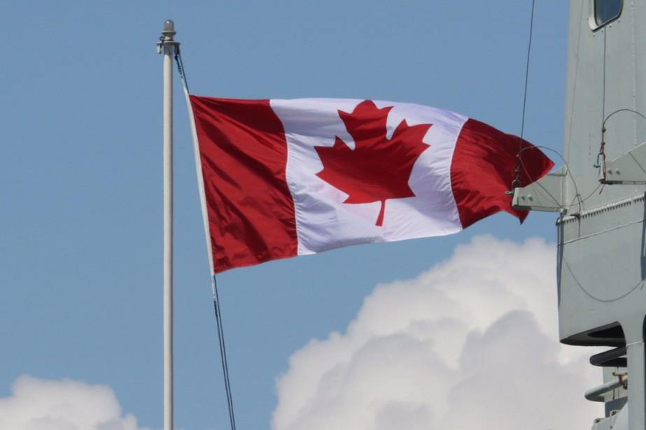 Deux membres d'équipage d'un navire de guerre... (Photo La Presse Canadienne)