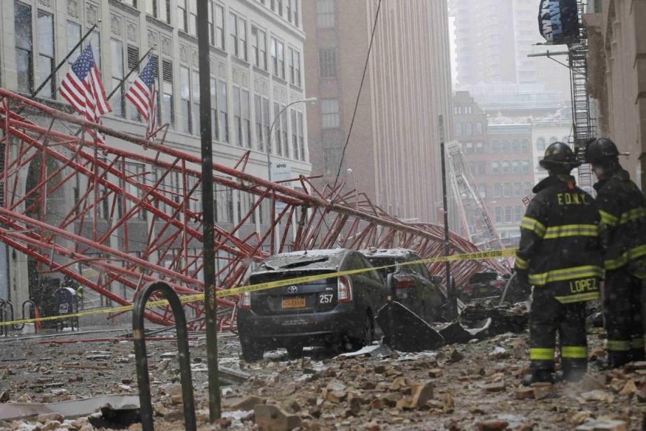 La grue a chuté de tout son long... (PHOTO BRENDAN MCDERMID, REUTERS)