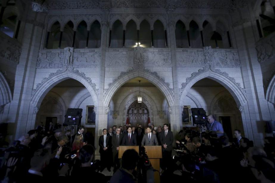 Justin Trudeau a rencontré les maires des 21... (PHOTO CHRIS WATTIE, REUTERS)