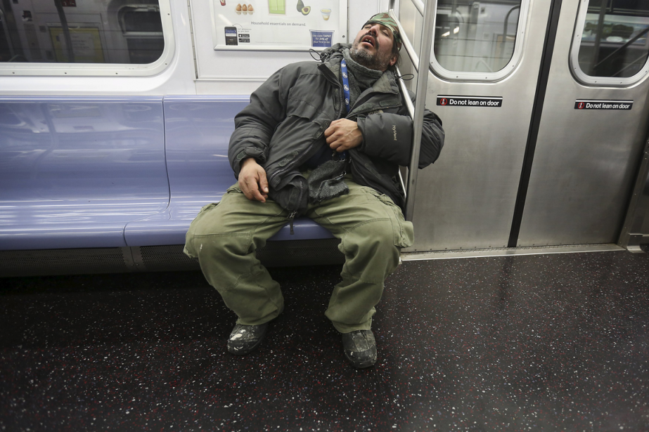 Les policiers qui patrouillent le métro de New... (Photo Carlo Allegri, Reuters)