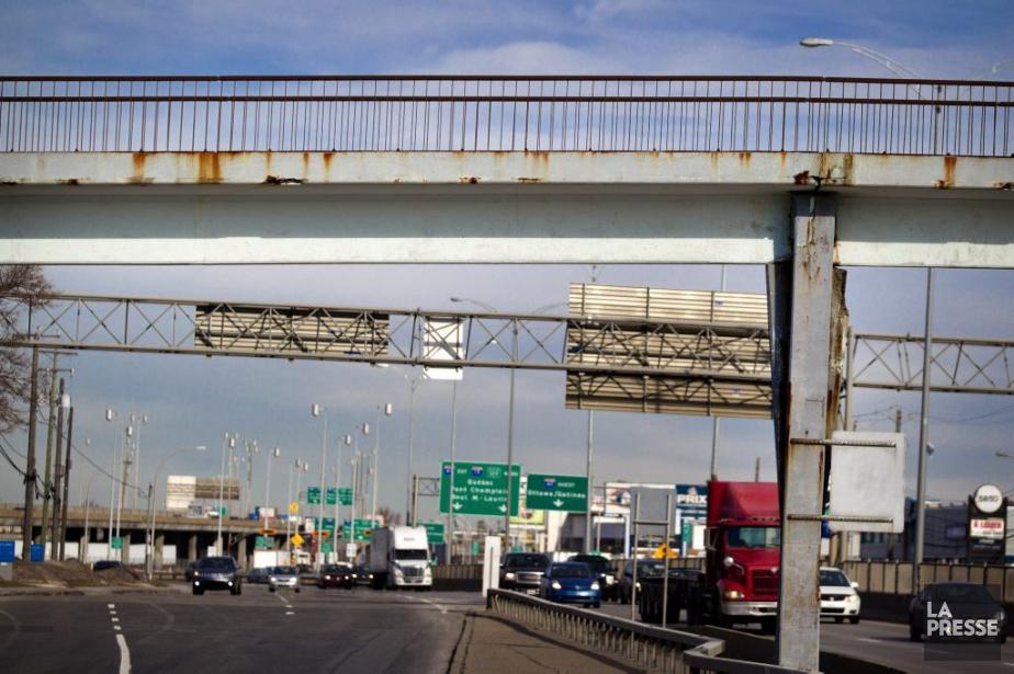 La passerelle piétonne enjambant l'autoroute520, à l'est de... (PHOTO MARCO CAMPANOZZI, LA PRESSE)
