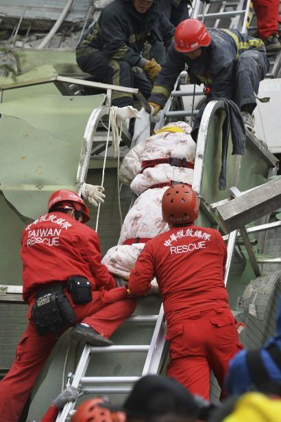 Neuf personnes ont été retrouvées sans vie dans les décombres de la tour de 16 étages.<br /><br /> (AFP)