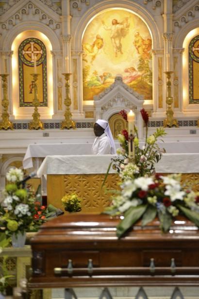 Les photos des victimes étaient exposées devant l'autel, mais un seul cercueil s'y trouvait. (Le Soleil, Caroline Grégoire)